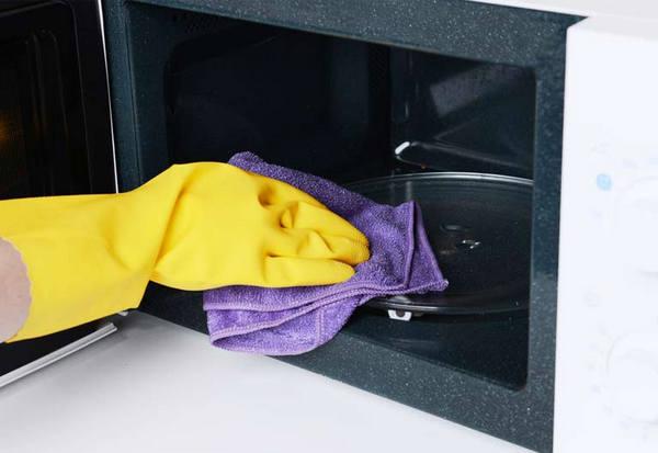 clean microwave bottom