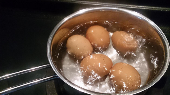 How to avoid eggs from cracking while hard boiling ecooe life so the perfect hard boiling eggs need to be heated by the medium heat which should also be controlled within 10 minutes for too much time can yield the ccuart Choice Image