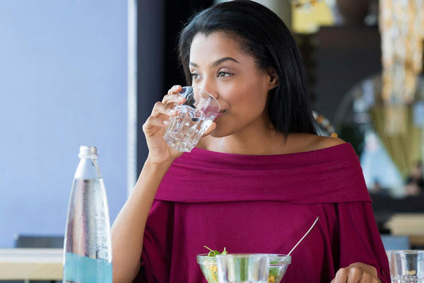 IS TH WRONG TO DRINK WATER WHILE EATING