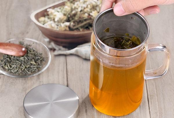 loose-leaf-tea-and-tea-mug-with-infuser