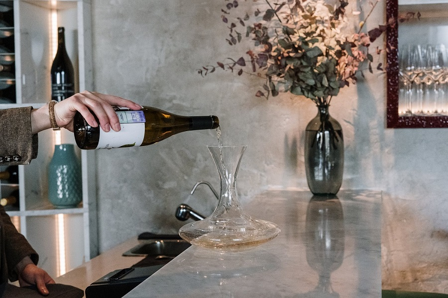How to clean a wine decanter-1