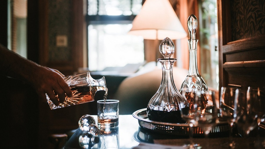 How to clean a wine decanter-2